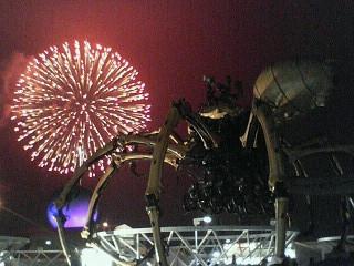 巨大クモと花火の輪 in <br />  横濱